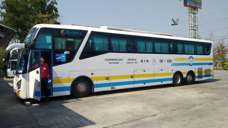 チェンマイからバンコクまで10時間かけてバスで行く (Sombat Tour)