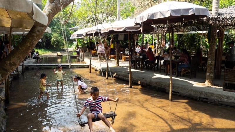 チェンマイの小川の流れるカフェ「 Tha cave doikam」