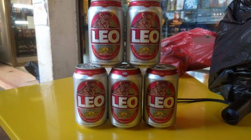 ミャンマーの国境沿いの街「タチレク」の市場で激安ビールを飲む