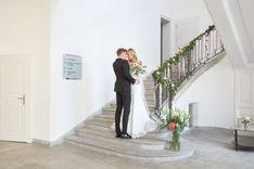 Hochzeitspaar auf Treppe