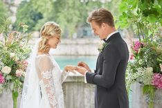 Hochzeitspaar am Wasser