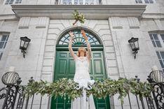 Braut wirft Brautstrauss