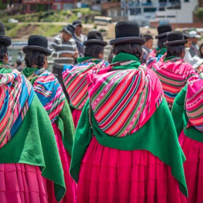 Cholitas die Polleras tragen. Manch andere Tradition in Bolivien ist etwas kurioser.