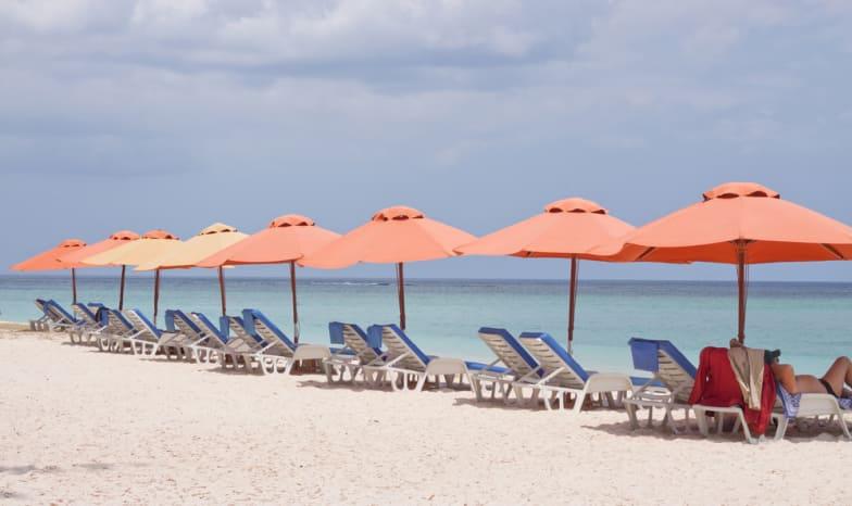 Strand mit roten Schirmchen