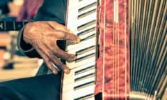 Ziehharmonika spielender Mann