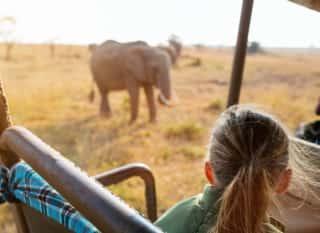 TZA.Serengeti.Mädchen in Jeep