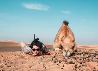 Mit dem Kamel chillend in der Wüste