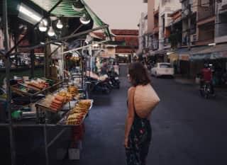 Frau auf Nachtmarkt