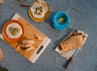 Für Hummus braucht man nicht viel. Vier Zutaten reichen aus: Kichererbsen, Tahina, Knoblauch und Zitrone