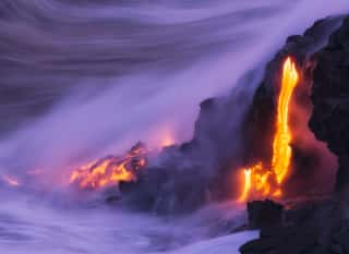 Vulkanausbruch mit Magmastrom im Meer