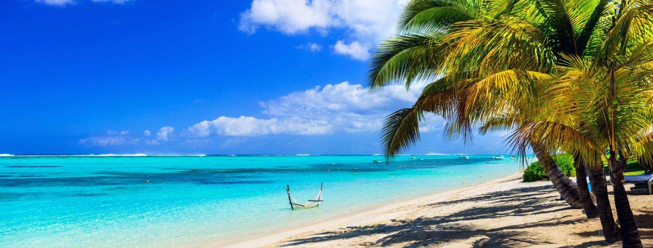 MU.Strand Ein Strand mit einem Steg im Wasser