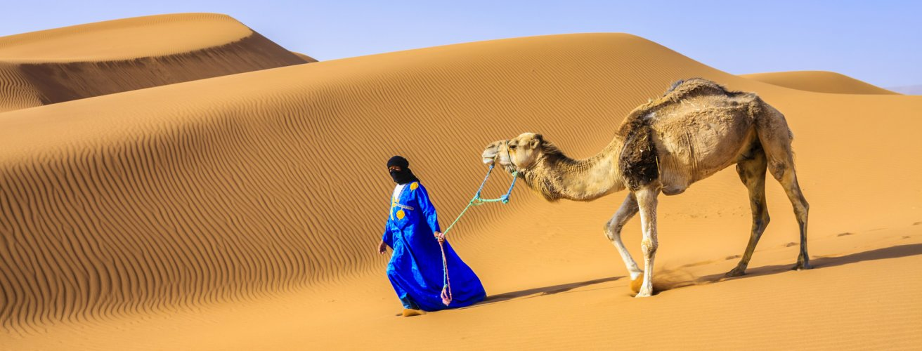 MA.Hasssan II Moschee Frau mit Kamel in der Wüste