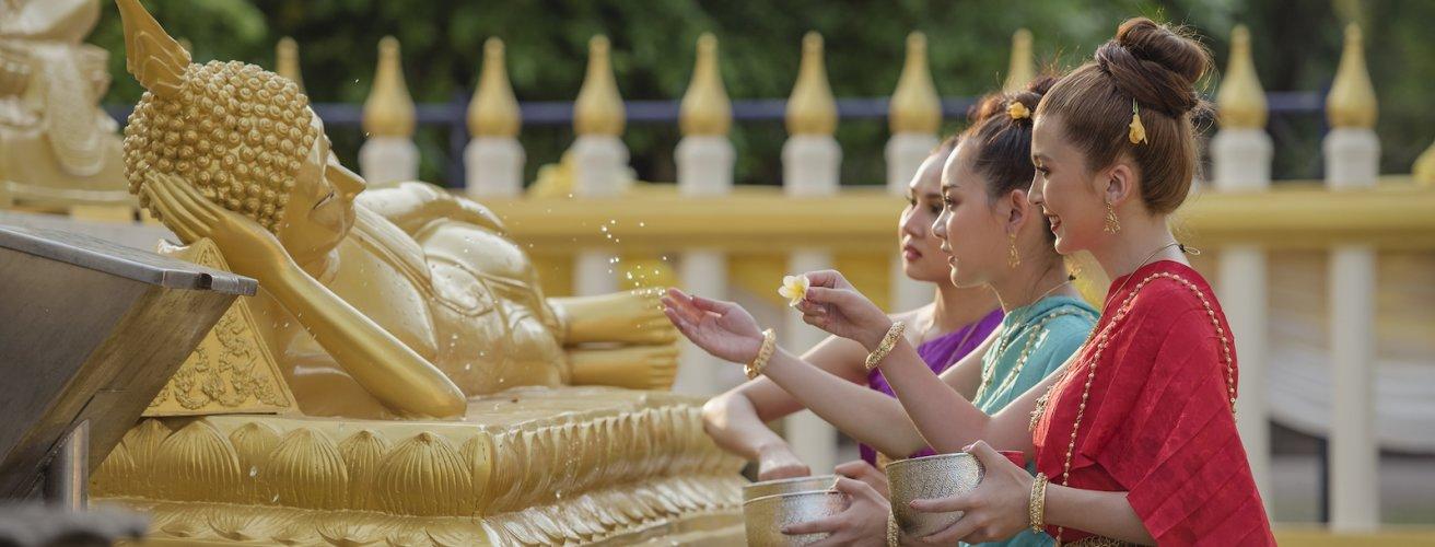 LA.Nam Song Fluss Frauen mit Opfergaben Laos