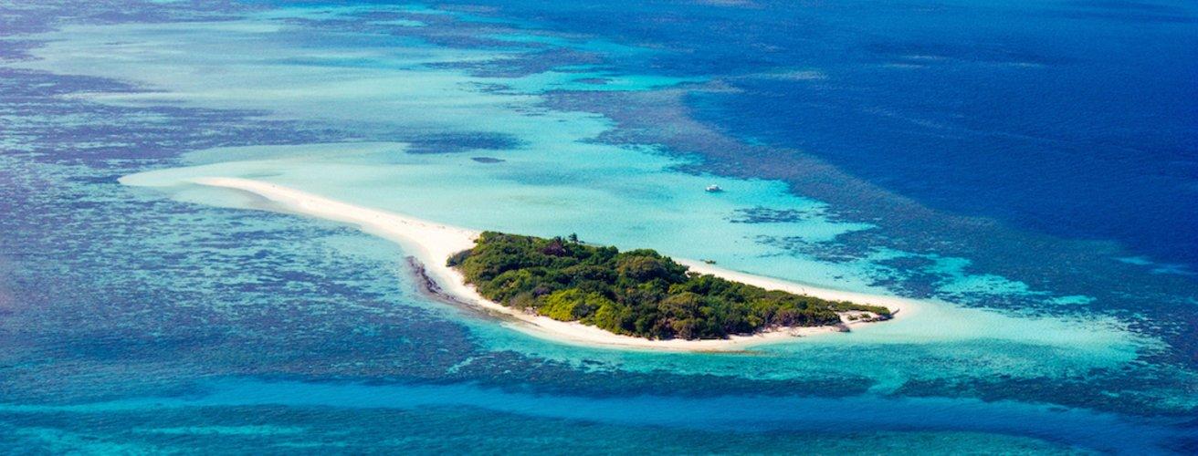 MV.Hundafuri Eine kleine Insel der Malediven aus Vogelperspektive