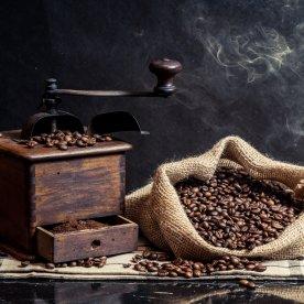 Auf traditionelle Weise Kaffee, Mehl und Öl mahlen