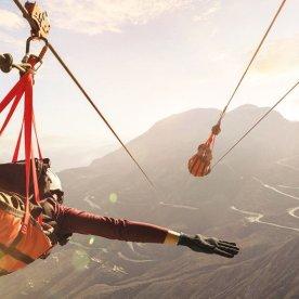 An der weltweit längsten Seilrutsche durchs Gebirge
