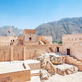 Erkunde die größte Festung im Sultanat
