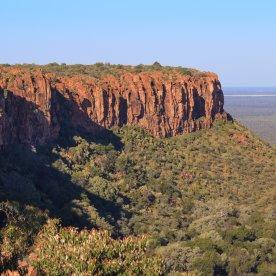 Den Gipfel des mächtigen Tafelbergs der Kalahari erklimmen