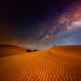 Unter klarem Sternenhimmel im Wüstencamp der Wüste nächtigen