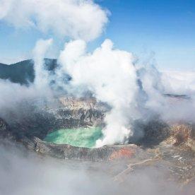 Wanderung entlang rauchender Vulkankrater