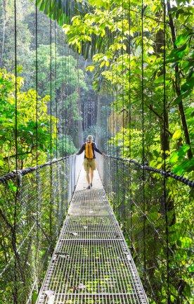 CR.Beste Aktivitaeten Bild 8.1 Ein Mann auf einer Brücke im Dschungel