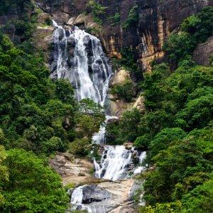 """LK.Ella.Ravana_Wasserfall Der stürzende """"Ravana Wasserfall"""" in Ella, Sri Lanka"""