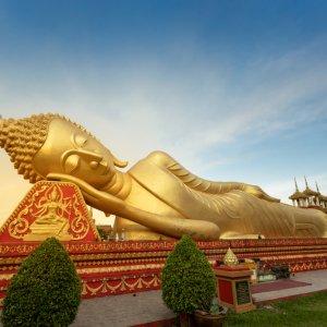 LA.Vientiane_Liegender_Buddha Der Blick auf einen vergoldeten liegenden Buddha in Vientiane, Laos