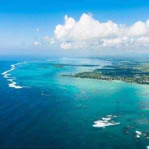 MA.Ostkueste Luftaufnahme des östlichen Küstenverlaufes von Mauritius