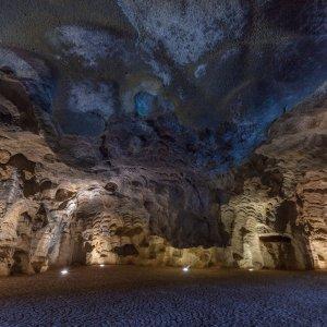 MA.Herkulesgrotte_Atmosphaere Kleine Spotlights am Boden strahlen das Gewölbe der Herkulesgrotte an.