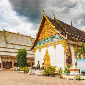 LA.Pakse_Wat_Luang Der Blick auf den Tempel Wat Luang in der Stadt Pakse, Laos.