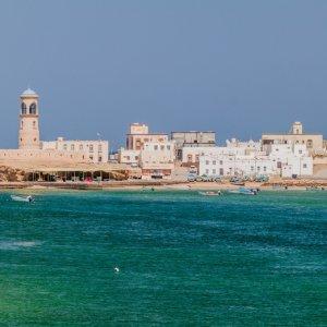 """OM.Ras_Al_Jinz_Al_Ayjah Blick auf die Hafenstadt """"Sur"""" mit ihrem Leuchtturm """"Al Ayjah"""" am östlichen Zipfel Omans"""
