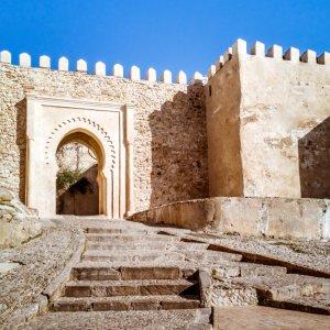 MA.Tanger.Kasbah Hohe Steinmauern mit Eingang der Kasbah in der Medina von Tanger, Marokko