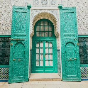 MA.Casablanca.Blaue_Tuer Historische türkisblaue Tür mit filigranen Schnitzereien im Paschapalast in Casablanca, Marokko