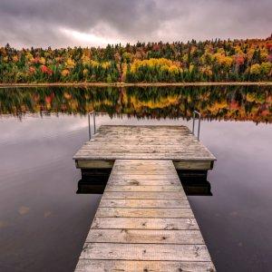 """CA.Quebec_Nationalpark Holzsteg am See in der herbstlichen Landschaft des """" La Mauricie National Park"""" in Québec, Kanada"""