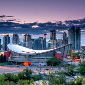 CA.Calgary Blick auf die Skyline der Stadt Calgary bei Abenddämmerung, Kanada