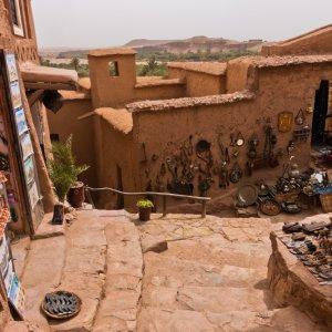 MA.Ait_Ben_Haddou_Straßen Schmale Lehmgasse im Berberdorf von Ait Ben Haddou, Marokko