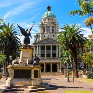 """ZA.Durban.Rathaus Das Denkmal """"KwaZulu-Natal"""" vor dem Rathaus in Durban, Südafrika"""