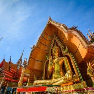 TH.AR.KanchanaburiWat Tham Suea Tempel Blick auf die goldene Buddha Statue des Wat Tham Suea Tempels