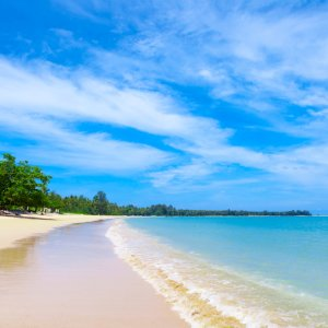 TH.AR.Khao Lak Strand Blick auf einen Strand mit Palmen bei Tag