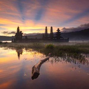 Bali.Lovina.Tamblingan_See See in der warm eingefärbten Abenddämmerung