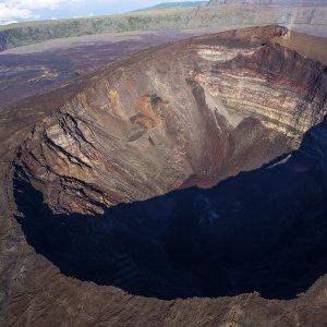 """RE.Piton_de_la_Fournaise_Kratereinkerbung Große Kratereinkerbung auf dem """"Piton de la Fournaise"""" in La Réunion"""