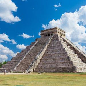 MX.POI.Riviera Maya El Castillo Blick auf die El Castillo Pyramide bei Tag