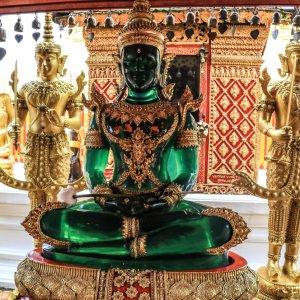 "Kristall-Statue am Fuße der Chedi im ""Wat Doi Suthep"" in Chiang Mai"