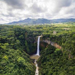 MU.Chamarel-Wasserfälle Die Zwillingswasserfälle von Chamarel mitten im Grünen
