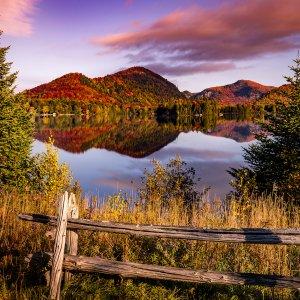 CA.Quebec Idyllische Herbstliche Landschaft am See in Québec, Im Hintergrund Berge