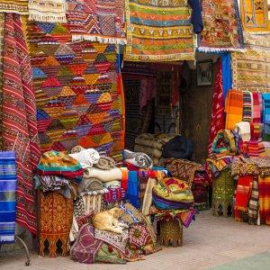 MA.Agadir.Markt Marktstand in Agadir mit bunten Textilprodukten