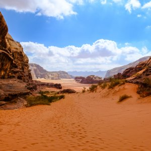 JO.Wadi_Rum_Landschaft Der Blick auf die Felsformationen in der Wüstenlandschaft Wadi Rum, Jordanien.