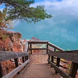 CA.Ottawa.Wanderweg Absteigende Holztreppe im Wald vor blauer See-Kulisse