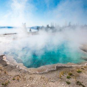 US.AR.Yellowstone Nationalpark Geyser Pool Blick auf den Blue Geyser Pool bei Tag