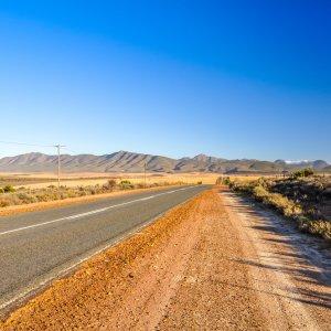 ZA.Oudtshoorn.Route62 Straßenabschnitt der Route 62 nahe Oudtshoorn, Südafrika